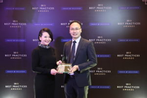 Roger Pang, GM, Sales, Asia Pacific Japan, Napier Healthcare Solutions receives the Singapore HIT Company of the Year 2015 Award from Cecilia Chang, Senior VP, Frost & Sullivan.